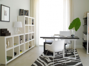 Built-Black-And-White-Desk-Table-Ideas-For-Home-Office-Design-With-White-Glass-Computer-Modern-Office-Desk-And-Wall-Storage-In-Modern-Home-Office-1024x768